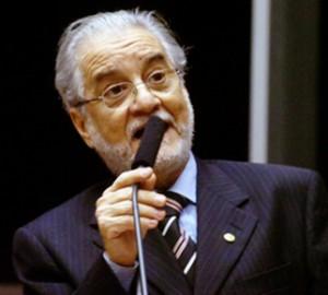 """Emiliano endurece o tom, chama Neto de Nero e relembra """"mão de ferro"""" do ex-senador ACM"""