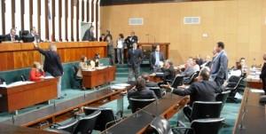 Sessão de ontem na Assembleia, onde foi votado reajuste do funcionalismo e deputado quase se agridem (crédito: Rafael Rodrigues)
